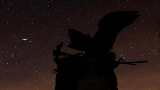 Pemandangan hujan meteor Lyrid yang terlihat si sebelah Memorial to the Cavalier and Horse Guard di ladang Borodino di luar Mozhaysk, Rusia, 22 April 2020. REUTERS/Maxim Shemetov