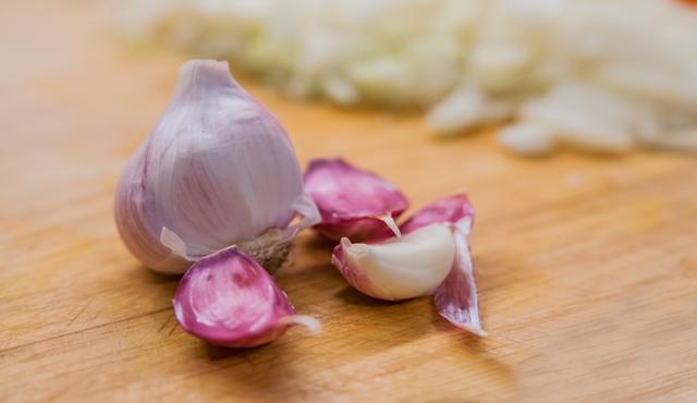 Mengonsumsi bawang putih