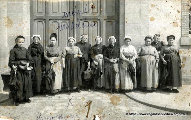 photo de famille, groupe de grand-mères auvergnates