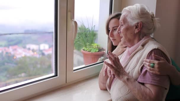 Прошу бабулю уступить нам жилье, ведь у нас скоро появиться малыш, а нам жить негде