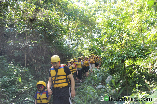 tracking ke start poin body rafting green canyon