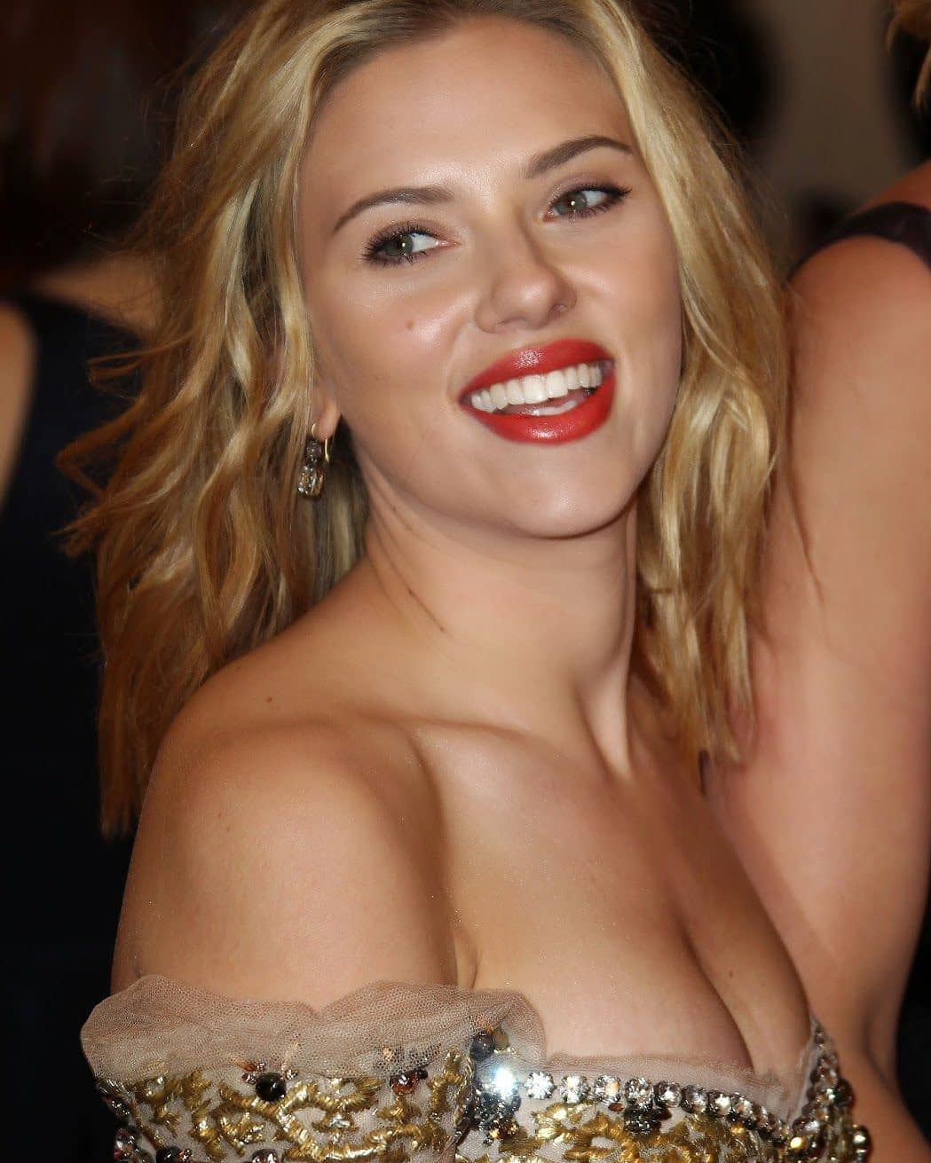Scarlett Johansson sexy cleavage photos