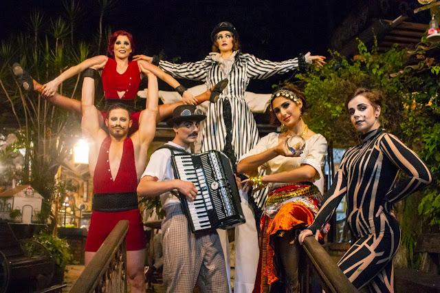 Atrações de circo se apresentando em casamento em São Paulo.