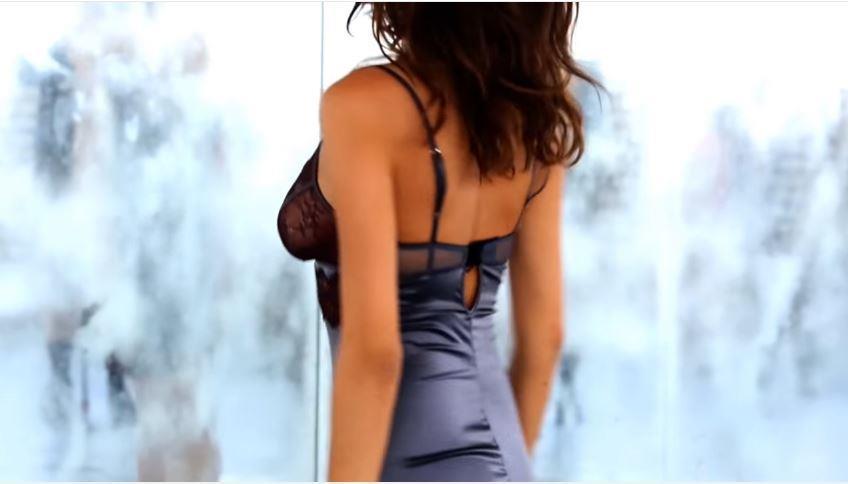 Bojana Krsmanovic Modella Intimissimi pubblicità con vestaglia da notte: Foto e Video