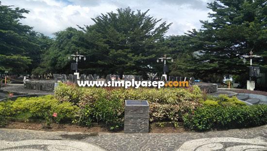 TAMAN ALUN ALUN KAPUAS : Salah satu sudut yang sering dimanfatkan untuk tempat Selfie adalah banner Taman Alun Alun Kapuas (29/2). Foto Asep Haryono