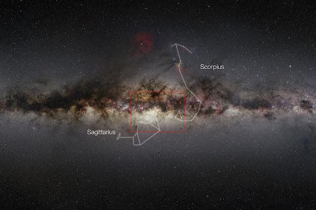 Hình ảnh góc rộng cho thấy khu vực trung tâm của Ngân Hà, là khu vực phình ra, khi quan sát từ Trái Đất. Khu vực được đánh dấu ô đỏ trong hình là vùng quan sát qua bước sóng ánh sáng hồng ngoại bởi kính VISTA. Hình ảnh: ESO/Nick Risinger (skysurvey.org).