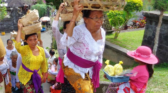 Ofrendas y típicos trajes balineses