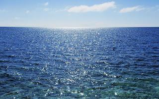 Zon schijnt in het zeewater