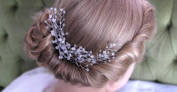 76ab2ff2c74019 Romantyczny, delikatny, ślubny kok i stroik do włosów pełen drobniutkich  kryształków - oto propozycja fryzury na zimowy ślub.