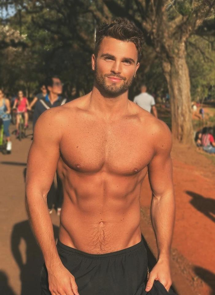 handsome-dude-in-the-park-sunset-shirtless-tanned-body-cute-smile-boyfriend-material-pictures