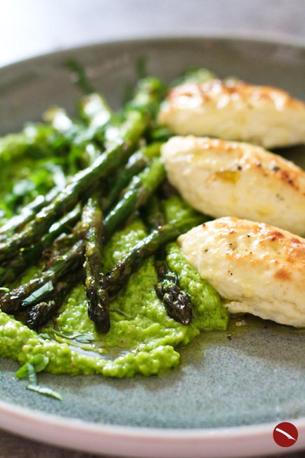 Zitronig, fluffig, wolkenweich. Wie in ein großes Daunenkissen möchte man sich hineinfallen lassen in die zitronigen Ricotta-Nocken, die samt grünem Spargel auf dem Blech im Ofen gebacken werden. Dazu gibt es ratzegrünes Erbsenpesto mit gehackten Pistazien. Wenn Frühling eine Farbe wäre – er wäre Grün!#rezept #spargel #grüner_spargel #backofen  #italienisch #ricotta #nudeln #pfanne #gebratener #vegetarisch #pesto #selbermachen #basilikum #rucola #erbsen #pistazien #ricotta #gnudi #jamie_oliver