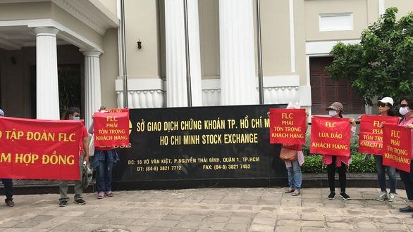 Đại hội cổ đông FLC đang diễn ra, khách hàng treo băng rôn trước trụ sở Hà Nội và TP.HCM