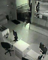 Vídeo flagra roubo a escola de idiomas em Cuiabá; dupla usa máscaras