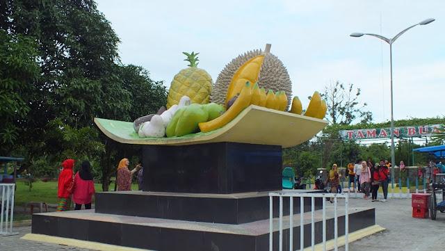 Taman buah Lubuk Pakam, patung buah-buahan yang mencuri perhatian pengunjung untuk berfoto