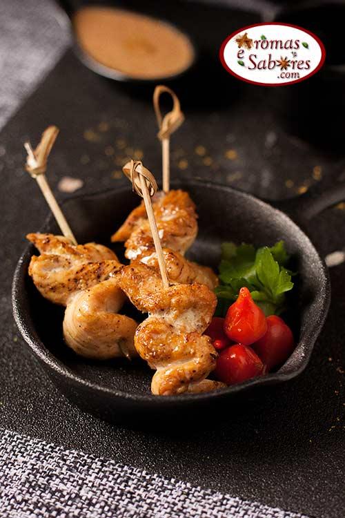 Espetinho de frango satay