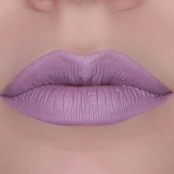 Boca com batom lilás