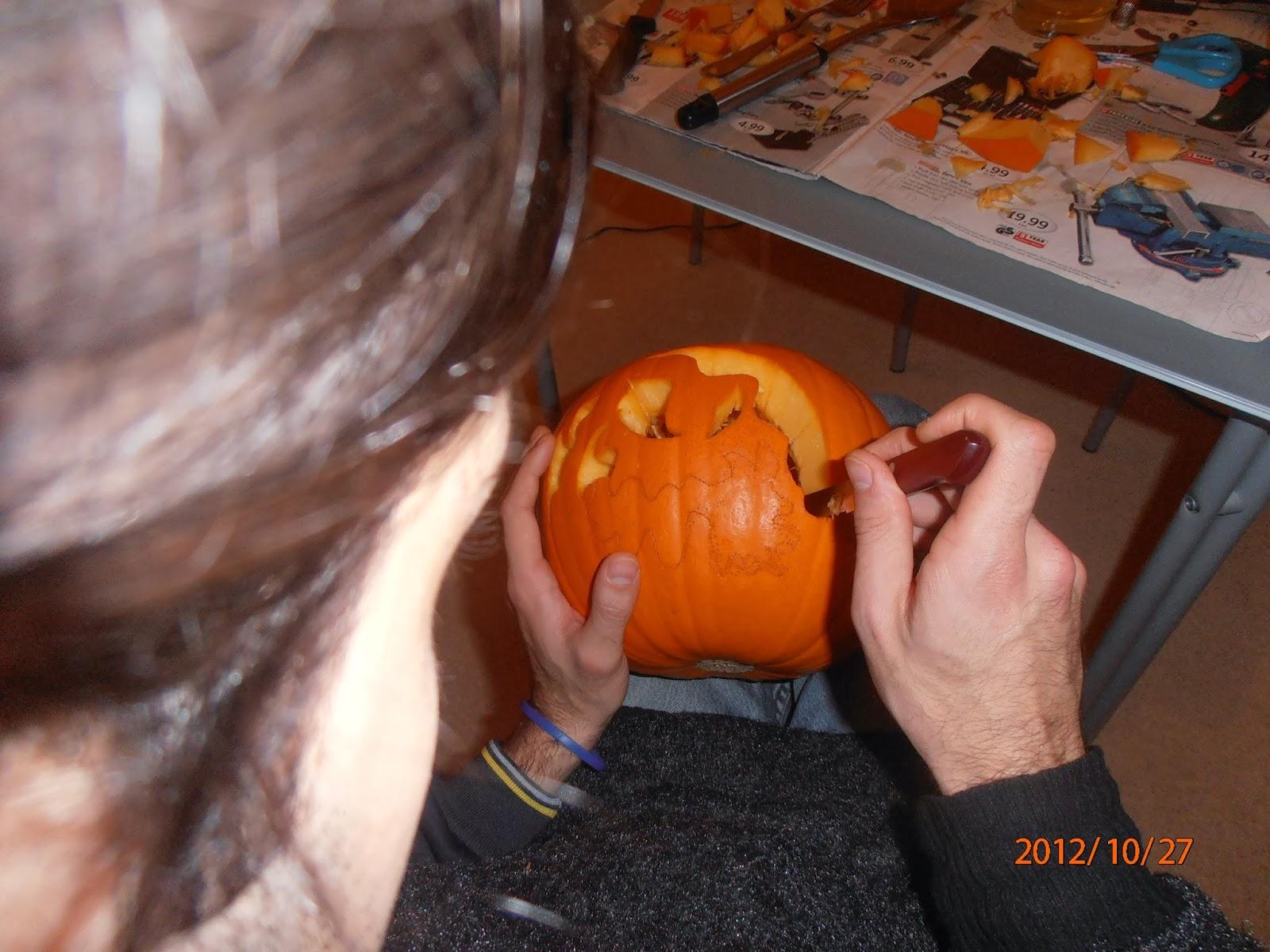 Készül a Halloween-i töklámpás