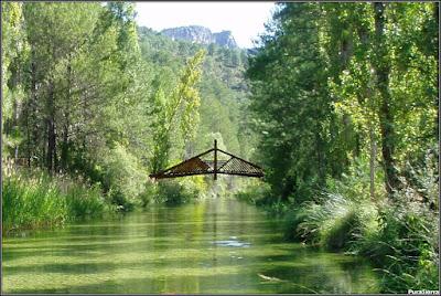 Puente peatonal en el Río Escabas