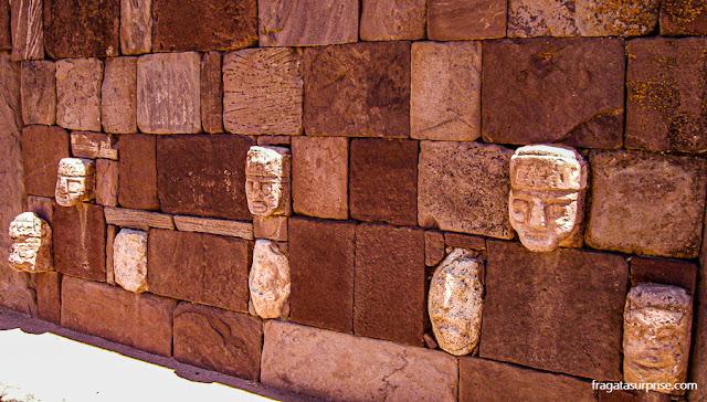Cabeças representam os povos conhecidos pela Civilização Tiwanakota no Templo de Kalasasaya