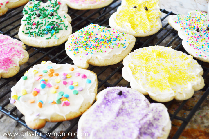Easy Soft Sugar Cookies from artsyfartsymama.com #cookies #easyrecipes #sugarcookies