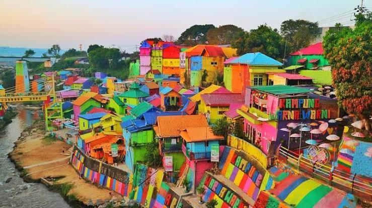 stasiun dekat kampung warna warni malang