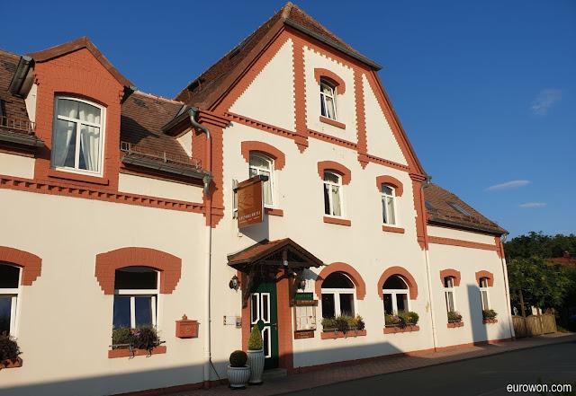 Pequeña casa de huéspedes en un pueblo de Alemania