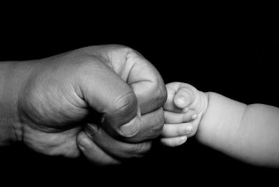 Padre dando puñito a su hijo