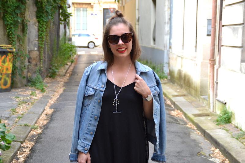 veste en jean Levi's et lunette Aliexpress et robe longue Asos