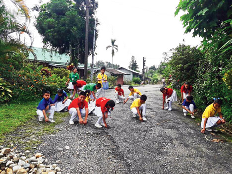Children clean a stretch in Dalgaon