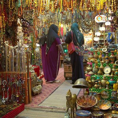 Tienda de objetos variados en el zoco de Mutrah