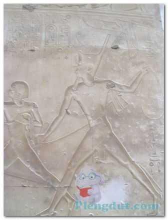 Sejarah Relief Firaun dengan tangan memegang laso