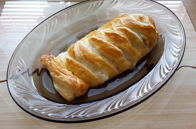 Filet z piersi kurczaka z pomidorami i mozzarellą w cieście francuskim.