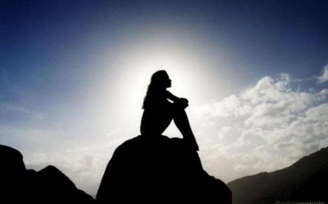 Mujer preocupada en medio de la soledad