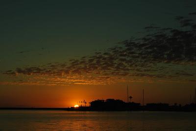 Amanecer desde el puerto de Dénia mirando la marina deportiva