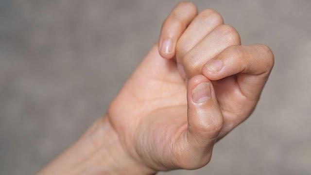 Αυτές οι γραμμές στα νύχια σας θα μπορούσαν να είναι και σημάδι ότι είχατε COVID-19