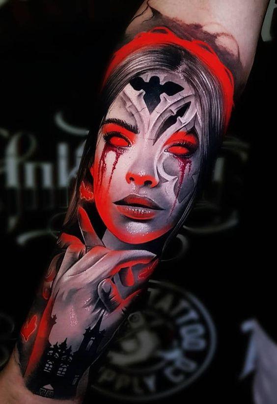 Imagen de un espectacular tatuaje a color de vampira en una iglesia gótica