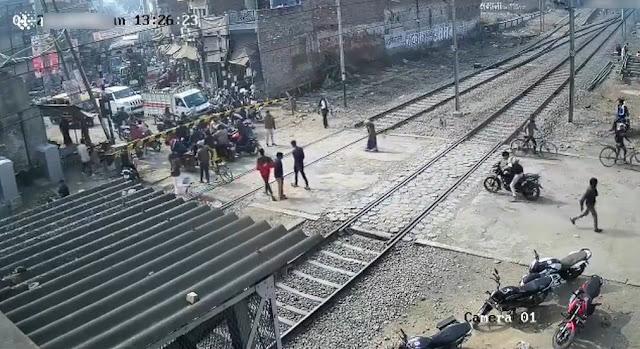 دهس شاب في الهند ودراجته النارية أثناء عبور سكة القطار