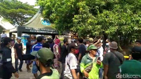 TPU Tegal Alur Jakbar Ricuh, Peziarah Protes Dilarang Masuk!