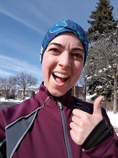 Coureuse souriante, pouce en l'air, hiver, rue de Montréal