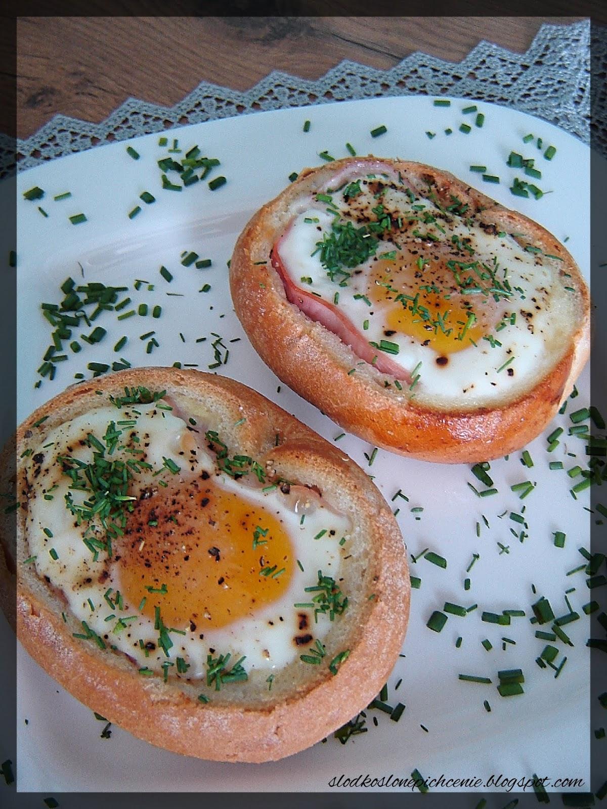 Jajko zapiekane w bułce z szynką i mozzarellą