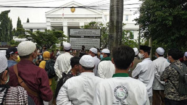 Sidang Perdana HRS Digelar, Emak-Emak Sholawatan Di Depan Pengadilan