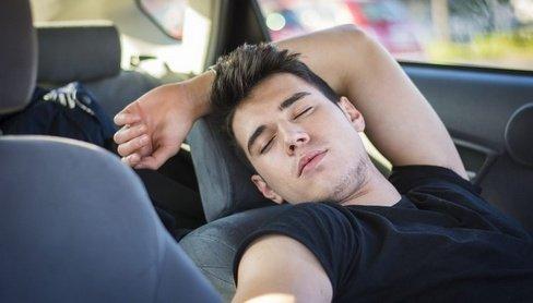 Seorang Lelaki Tidur di dalam Mobil