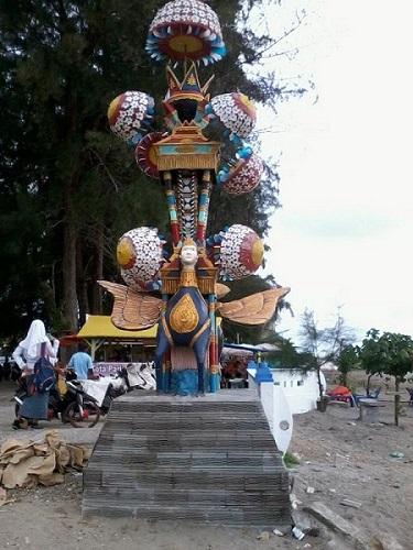 Replika Tabuik di Pantai Gandoriah, Pariaman Sumatera Barat