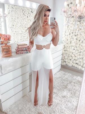 Uma alternativa que também é tendência são os vestidos e macacões que vem inteiriços, mas, com recortes e amarrações que dão a sensação de que eles são 2 peças diferentes.