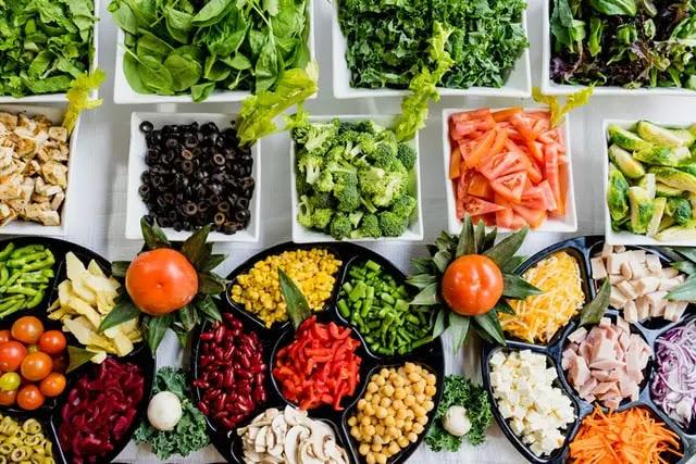 Display con diversos alimentos