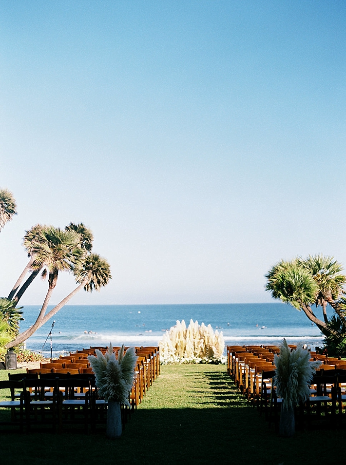Outdoor wedding ceremony overlooking the ocean | Photo by Matoli Keely Photography