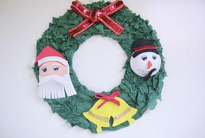 Corona de navidad hecha con goma eva y papel crespón