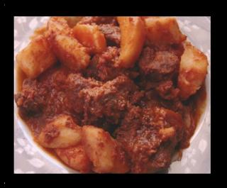 Παραδοσιακή συνταγή για κοκκινιστό κατσικάκι με πατάτες στην γάστρα