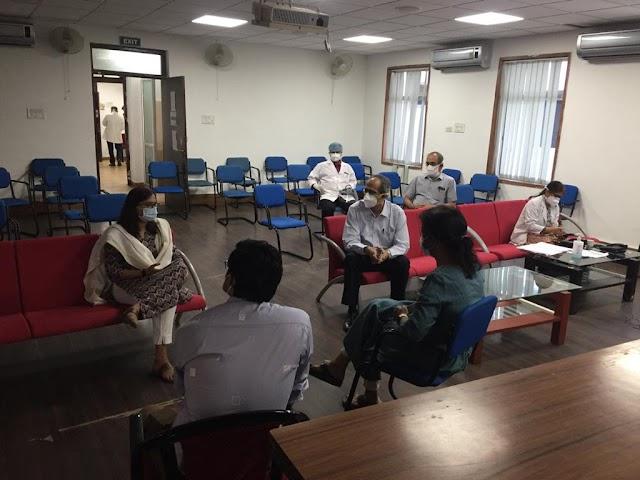 सेक्टर-9 हास्पिटल में इलाज की मानिटरिंग के लिए पहुँची जिला प्रशासन की टीम