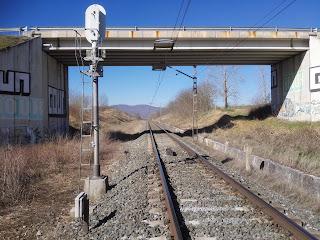 El actual ferrocarril por Navarra, se puede ver (a la izquierda) como la plataforma tiene reservado sitio para una nueva via (click para mas grande)...